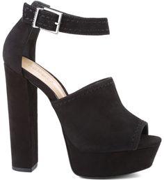 Linhas simples que constroem esta sandália must have para o inverno 2016. Para compor visuais com jeans ou couro, no melhor mood western chic, que tal esta sandália de salto altíssimo em bloco e meia