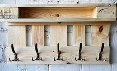 Perchero reciclado con tablones de palets Wooden Pallet Projects, Wooden Pallets, Knife Block, Ideas Para, Household, Woodworking, Home, Woodwork, Palette Table