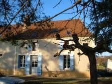 Long term lets in Dordogne, Nouvelle-Aquitaine, France. Le Perroquet - Gîte In 200 Year Old Farmhouse for rent. Discounted rates on Rent a Place in France Aquitaine, Farmhouse, France, Let It Be, Places, Cottage, Plantation Homes, Lugares, French