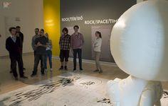 A hétvégén ismét a Ludwig Múzeumban jártunk a Grafikus OKJ tanfolyam résztvevőivel, ahol az elsősorban pszichológiai kérdéseket vizsgáló Szenvedély,  Rajongás és művészet kiállítást és a vele párhuzamosan megrendezett Rock/tér/idő kiállítást néztük meg, amelynek fő témája a magyarországi könnyűzene és képzőművészet kapcsolata. http://www.topschool.hu/grafikus-okj-tanfolyam.php  #museum #ludwig #ludwigmuseum #okj #topschool #tanfolyam #szakkepesites #grafikus #iskola #muzeum