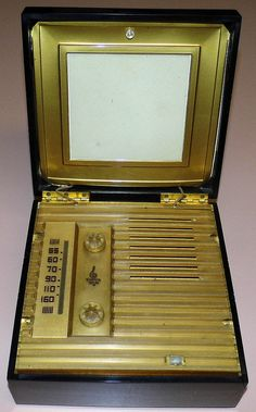 Vintage Emerson Memento Tube Radio, Model 570, Battery Powered, 4 Tubes, Made In USA, Circa 1949.