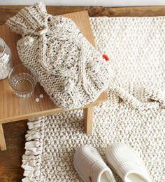 Ce fourreau de bouillotte d'eau chaude en tricot torsadé serait idéal pour les journées où vous ne vous sentez pas trop dans votre assiette. Le tapis de bain en tricot serait divin sous les pieds en sortant de la baignoire en plus d'être tout à fait tendance.
