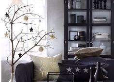 Dark colors with a bit of golden makes perfect Christmas deco.