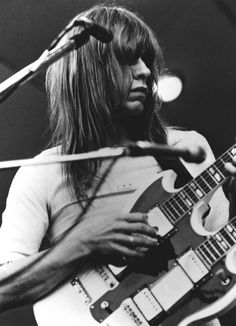 Steve Howe with the Gibson he used in Yessongs