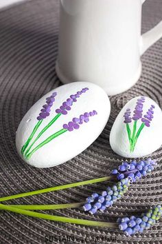 Painted Rock Flowers We'll show you how to make painted rocks using grape hyacinths as inspiration. Painted Rock Flowers We'll show you how to make painted rocks using grape hyacinths as inspiration. Rock Painting Patterns, Rock Painting Ideas Easy, Rock Painting Designs, Easy Paint Designs, Paint Patterns, Easy Painting Projects, Diy Projects, Beginner Painting, Pebble Painting