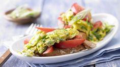 Gesund aufgepeppter Klassiker: Kräuter-Rührei auf Tomaten-Baguette | http://eatsmarter.de/rezepte/kraeuter-ruehrei