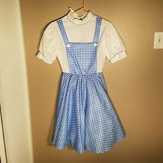 Dorothy Costume From The Wizard of Oz This is a beautiful Dorothy Holoween Costume! This is Wizard of Oz branded and is in great condition. This costume has never been worn and would be a great costume for a costume party! The dress is women's size Small. Please contact me with any questions. Wizard of Oz  Dresses