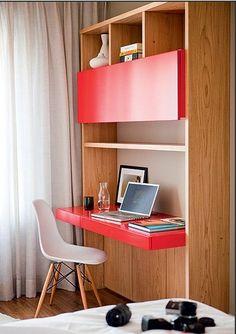 Dica para pequenos espaços esse móvel em tom amadeirado mesclando com a pintura em laca vermelha da mesa e armário superior. #homeoffice #inspiration #oakred