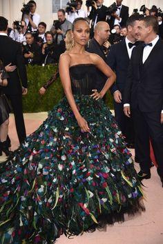 Do excêntrico ao glamouroso: os looks das famosas no baile de gala do MET - Zoe Saldaña