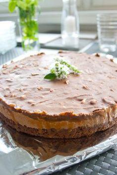 Snickers-kakku vie kielen mennessään! No Bake Desserts, Vegan Desserts, Delicious Desserts, Yummy Food, Sweet Recipes, Cake Recipes, Sweet Bakery, Sweet And Salty, Desert Recipes