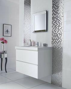 peinture carrelage salle de bain blanche et une mosaïque verre comme accent