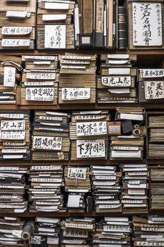 Quelques livres empilés sur les étagères saturées d'Ohya Shobo, dans le quartier des librairies de Jinbocho. Esthétique sublime !