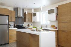 Armoires de cuisine de style contemporain. Nous retouvons dans cette cuisine l'agencement de deux tons. La majorité de ces armoires de cuisine ont été réalisé en merisier. Les modules blancs sont en MDF laqué. Le tout est harmonisé avec un comptoir de stratifié de deux pouces d'épaisseur. Basement Remodel Diy, Basement Remodeling, Kitchen Island, Kitchen Cabinets, Kitchen Decor, Table, Furniture, Design, Home Decoration