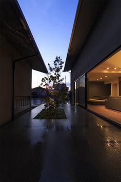 富の原の家・・・ 敷地は住宅地と耕作地の境界に位置しています。近年、周辺では住宅が多く建てられ、新しい街が広がっています。その様な環境の中で、プライバシーを確保し、光と風を外部から取り込む様、デザインしています。 建物は南と北に並置する切妻の棟が有り、その間に中庭が有ります。二つの棟は渡り廊下で接続します。 、#中庭、#切妻、#リビング、#ダイニング、#LD、#和モダン、#シンプル、#建築家、#設計事務所、#住宅、#注文住宅、#デザイン、#ミニマル、#家