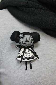 maramanufaktura / brošňa mini MARA tajomná  /čierno biela /