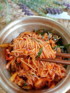 비빔국수 no kimchi Korean Street Food, Korean Food, Tteokbokki Recipe, Korean Side Dishes, Cooking Recipes For Dinner, K Food, Aesthetic Food, Food Festival, Asian Recipes
