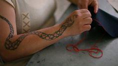 Detail of one of the inmates doing cross-stitch embroidery / Detalle de una de las internas bordando punto de cruz