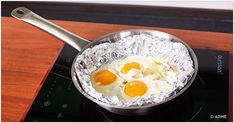 Cool life hacks with aluminum foil Life can be tough. Hack your life with this simple aluminum foil tips and tricks. How to make your silver jewelry look . Aluminum Uses, Natural Cleaners, Lemon Water, Kitchen Hacks, Food Hacks, Hacks Diy, Cleaning Hacks, Cooking Tips, Bubble