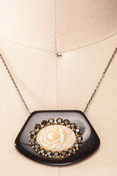 noirs et rose blanche: Aventure mythique au coeur de l'amour... Laissez-vous emporter par ce talisman enchanteur.