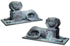 CLAUDE LALANNE (NÉE EN 1924) Édition limitée Paire de sculptures « Sphinx » Bronze à patine verte. Signé, daté 2001 et numéroté 3/8 a et 3/8 b. Édition limitée à 8 paires. H_67 cm L_133 cm P_58 cm