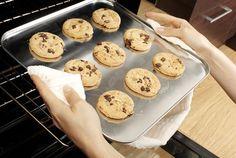 cookies:     500 g polohrubé mouky     1 kypřící prášek do pečiva     1 Hera (250 g)     250 g cukru krupice     1 vanilkový cukr     2 vejce     ½ hrnku vlažného mléka     400 g čokolády     2 lžíce kakaa