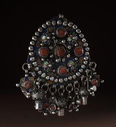 *|* Silver fibula Tabzimt, blue, green and yellow enamels, coral cabochons - Benni Yenni - Kabylie