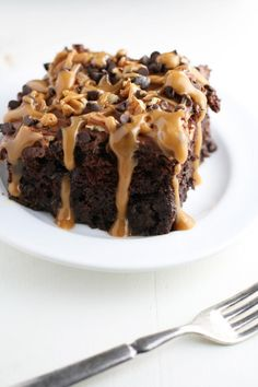 Chocolate-Turtle-Poke-Cake from Mom Loves Baking Poke Cake Recipes, Poke Cakes, Cupcake Cakes, Dessert Recipes, Dessert Ideas, Cupcakes, Chocolate Cake Recipe Easy, Chocolate Cake Mixes, Mini Chocolate Chips