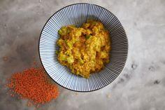 Linsgryta med curry (2 portioner)  1 dl röda linser 2 dl vatten 1 purjolök ink blast ½ dl kokosmjölk 1 msk kokosolja 1 msk curry färsk koriander