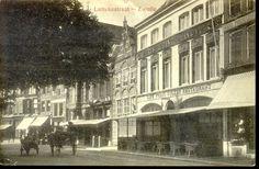 De Luttekestraat met uiterst rechts op nr. 6 de zaak in glas- en aardewerk van G. van Eijndt. Daarnaast op nr. 8-10 de lunchroom van Frans Vulker. Nr. 12 met de trapgevel is tot in de 21e eeuw een apotheek geweest. Op het moment van de foto was L.J. van der Veen van de firma Campagne van Oort er apotheker. Ten tijde van de opname bevond zich op nrs. 14 (het geboortehuis van schrijver E.J. Potgieter) en 16 (het hoge pand met neorenaissance en art nouveau kenmerken) de zaak van H. Kamphof, in…