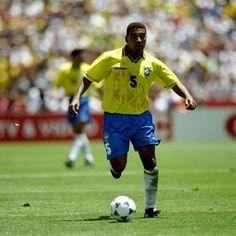 """""""Muita gente fala que não foi brilhante, até concordo com isso, mas foi uma Seleção prática para vencer uma Copa muito difícil"""", disse Mauro Silva. http://esportes.terra.com.br/brasil/mauro-silva-ve-brasil-de-94-pouco-brilhante-mas-com-garra,1917acb382846410VgnVCM3000009af154d0RCRD.html"""