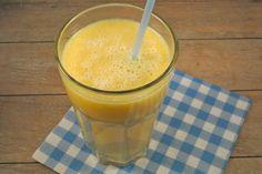 Ondanks de slechte lente tot zover, beginnen wij onze dag graag met een lekkere zomerse en voedzame smoothie met banaan en peer. Bakje yoghurt met muesli erbij en je hebt een prima ontbijt. Tijd: 5 min. Recept voor 1 smoothie Benodigdheden: halve banaan 1 peer sinaasappelsap Bereidingswijze: Haal de schil van de banaan en doe...Lees Meer »