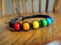 Unsere fleißige Kundin hat uns dieses Fotogeschickt. Klick rein und erhalte einen besseren Überblick zu dieser Bastelidee. Wir freuen uns auf dich. Hemp Jewelry, Hemp Bracelets, Jewelry Crafts, Lgbt, Lesbian Gifts, Pride Bracelet, Pride Outfit, Rainbow Pride, Paper Beads