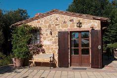 Deze vrijstaande cottage bevindt zich ten zuiden van Siena en Cortona op korte afstand van Pienza (12 km.). Op twee kilometer kunt u voor kleine inkopen en een restaurant terecht in het naastgelegen Petroio. Het meer van Trasimeno (40 km.) is vanaf deze locatie tevens gemakkelijk te bereiken.