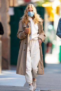 Leave it to a supermodel to wear her Adidas sneakers and white sweatsuit with a Burberry trench coat. While our grocery runs don't look nearly as good as Elsa Hosk's, her simple but chic look is giving us a reason to maybe try. Street Style Trends, Street Style Outfits, Spring Street Style, Mode Outfits, Street Style Women, Winter Fashion Street Style, Style Fashion, Sneakers Street Style, Classy Fashion
