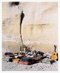 Boho and beach picnic love Beach Dinner, Beach Picnic, Summer Picnic, Beach Party, Picnic Time, Hippie Beach, Bohemian Beach, Bohemian Summer, Modern Bohemian