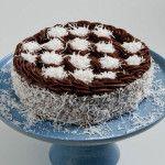 Bolo Prestígio feito com: Pão de ló de chocolate molhadinho, recheado com doce de coco. Cobertura de brigadeiro e flocos de coco.