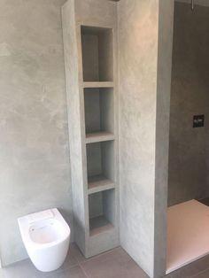 Beton ciré is ook geschikt op badkamer meubels Small Bathroom Storage, Tiny House Bathroom, Bathroom Toilets, Basement Bathroom, Bathroom Design Inspiration, Bad Inspiration, Bathroom Design Luxury, Modern Bathroom Design, Concrete Bathroom