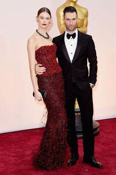 'Maroon 5'-Sänger Adam Levine mit seiner Supermodel-Frau Behati Prinsloo auf dem roten Teppich der Oscars 2015. http://www.red-carpet.de/fashion-beauty/oscars-2015-cumberbatch-tatum-stars-auf-rotem-teppich-bilder-201549565