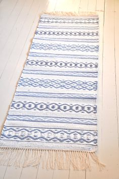 Carpet Runners And Stair Treads Loom Weaving, Hand Weaving, Swedish Weaving Patterns, Rug Inspiration, Weaving Textiles, Tear, Weaving Techniques, Woven Rug, Yarn Crafts