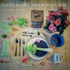 El color de este año #Greenery como todos los verdes, combina de maravilla con muchos tonos, en esta inspiración lo hemos combinado con tono fresa, azul cobalto, blanco roto, marrones cobrizos y el comodín del blanco ¿qué os parece?  -  #lospeñotes #jardinoterapia #getinspired #hygge #events #homedeco #homestyle #eventos #guest #athome