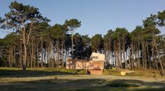 Construido en 2014 en Maldonado, Uruguay. Imagenes por Roberto Riverti . La casa se ubica sobre el sector alto del terreno, rodeada por un conjunto de grandes pinos. El abrupto desnivel hacia la calle se utiliza para el...