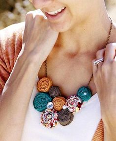 Jewelry OFF! 41 New Ideas flowers fabric necklace Textile Jewelry, Fabric Jewelry, Diy Necklace, Pendant Necklace, Necklaces, Jewelry Crafts, Handmade Jewelry, Women's Jewelry, Fabric Flower Necklace