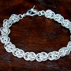 Fieldstone Jump Ring Chain. Free Step-by-Step Instructions. Visit the website for step-by-step instructions, kits and supplies and other chainmail projects.