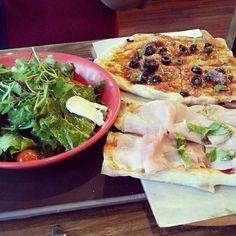 Green salad, siciliana pizza, and mortadella pizza at Trevia Pizza di Roma in Itaewon 2-dong, Yongsan-gu.  (October 2013)