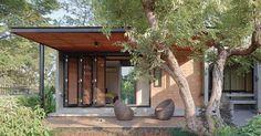 บ้านในจังหวัดเชียงใหม่หลังนี้ถือว่ามีทุกอย่างครบถ้วน โดยสื่อสารผ่านทางผังพื้น รูปแบบ และวัสดุ เพื่อให้ได้เป็น Dream Home Design, House Design, Building Design, Building A House, Bali House, Loft House, Shed Homes, Courtyard House, Tropical Houses