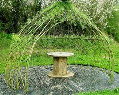 cabane végétale en saule tressé - une belle idée de déco vivante à intégrer au jardin