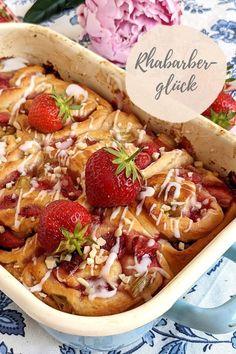 Rhabarberschnecken - Rezept mit Erdbeeren: Rhabarberkuchen kann man auch gut als Fingerfood backen. Die Rhabarber Schnecken sind unheimlich saftig und wunderbar fluffig. Snacks, Fabulous Foods, Diy Food, Camembert Cheese, Ethnic Recipes, Rhubarb Recipes, Strawberries, Baked Goods, Food Food