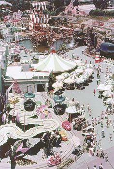 Daily Vintage Disneyland: Fantasyland from the Skyway , this is what I remember from when I was a child Disneyland Vintage, Disneyland Photos, Disneyland History, Disneyland California, Disneyland Secrets, Anaheim California, Old Disney, Disney Love, Disney Magic