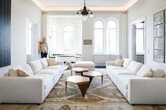 Bruce Oreck ja Deckard-koira olohuoneessa, jonka oushak-maton Oreck löysi Istanbulista. Sohvat ovat Boknäsiltä ja pöydät Artekista. Seinällä on pieni Pekka Halosen maalaus. Exterior Design, Interior And Exterior, Scandinavian Style Home, Small Paintings, Living Room Inspiration, Sofas, Couch, Istanbul, Furniture