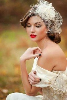Tocado con velado o redecilla y perlas